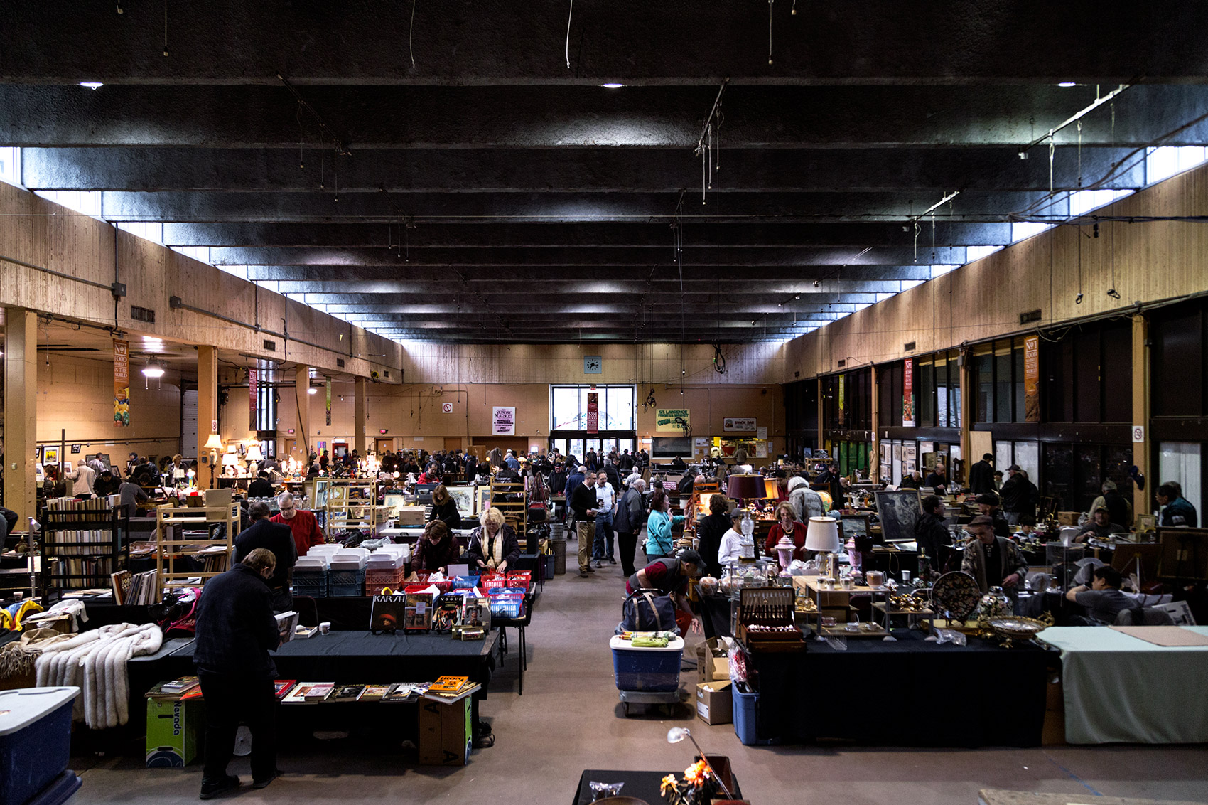 20150426. A busy 7AM at the antique market during the last days