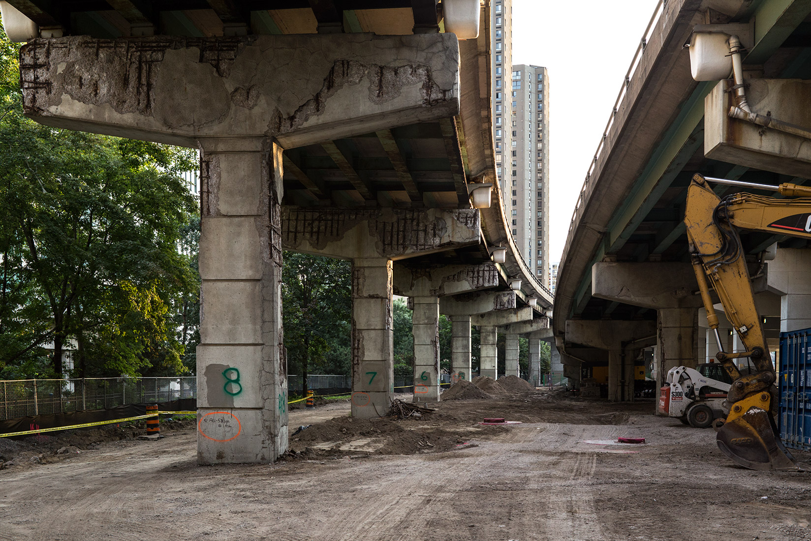 20160911. Work has begun on the Gardiner Expressway's future Simcoe Street off-ramp which will land here.
