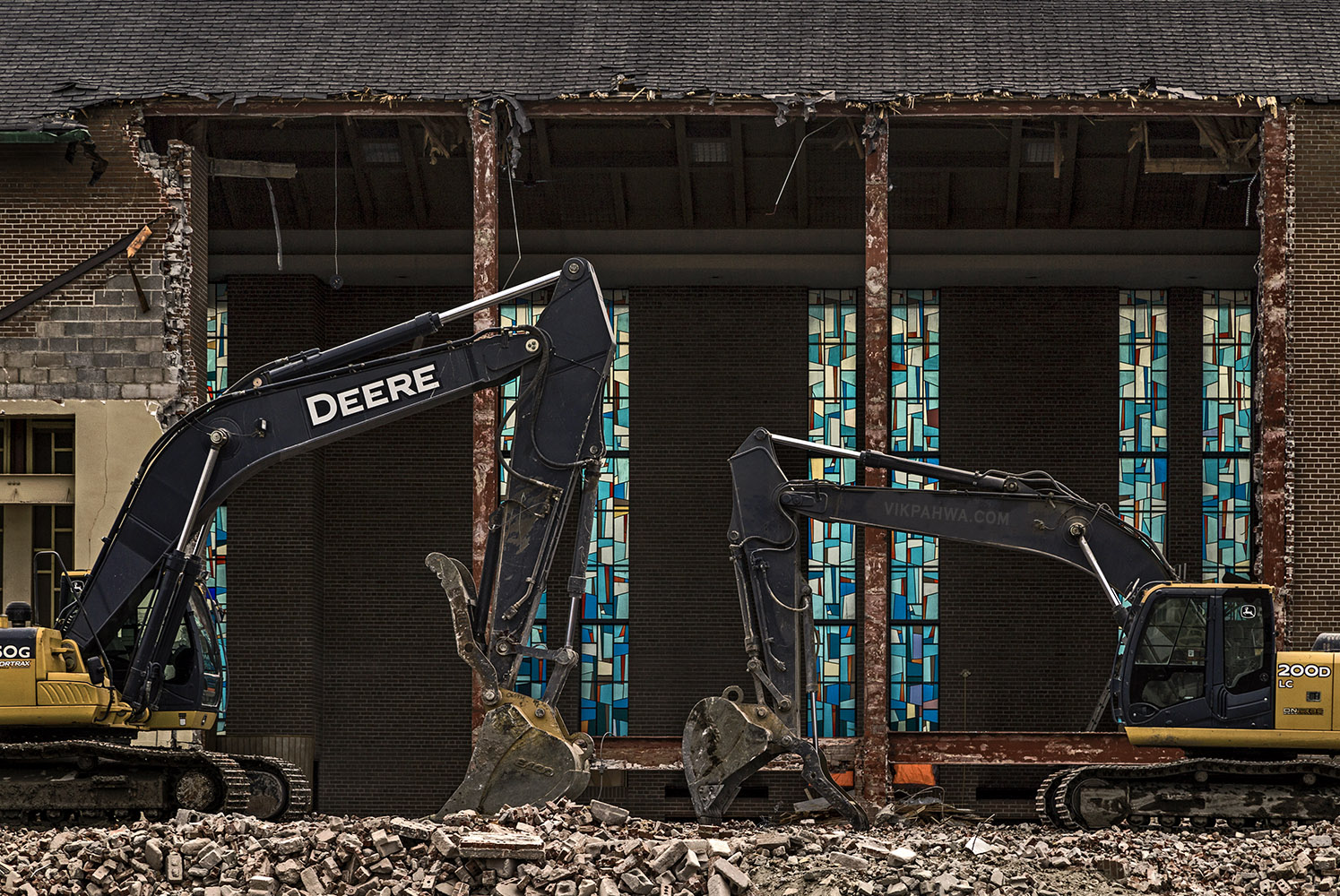 20170217. Excavators and stained glass windows, together for a s